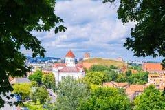 2017-06-25立陶宛,维尔纽斯老镇,夏天视图老城市,背景美丽的天空的,从Barbakan的看法 下来小山教会 库存照片