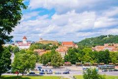 2017-06-25立陶宛,维尔纽斯老镇,夏天视图老城市,背景美丽的天空的,从Barbakan的看法 下来小山教会 库存图片