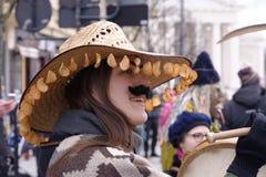 2017-02-25立陶宛,维尔纽斯, Shrovetide,愉快的女孩,打扮象一个人, carnaval在维尔纽斯中心 免版税库存图片