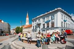 立陶宛维尔纽斯 休息在市政厅广场喷泉附近的孩子 库存图片