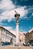 立陶宛维尔纽斯 休息在雕象的人们天使吹附近 图库摄影