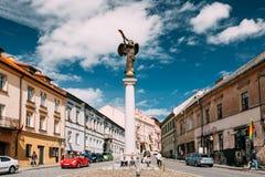 立陶宛维尔纽斯 休息在雕象的人们天使吹附近 免版税库存图片