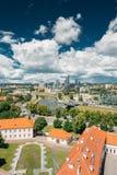 立陶宛维尔纽斯 老镇的现代城市和部分 在城堡小山的北脚的新的武库后,一个可能察觉 免版税图库摄影