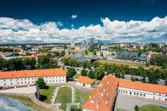 立陶宛维尔纽斯 老镇的现代城市和部分 在城堡小山的北脚的新的武库后,一个可能察觉 库存照片