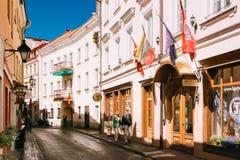 立陶宛维尔纽斯 走在旅馆Centro Kubas附近的成熟夫妇 免版税图库摄影