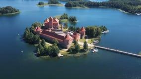 立陶宛 特拉凯 在美丽的城堡的飞行在湖的一个海岛上 特拉凯城堡鸟瞰图在夏季的 股票录像