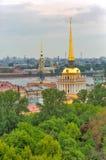 建立从圣以撒的大教堂圣彼得堡俄罗斯柱廊的海军部鸟瞰图  库存图片
