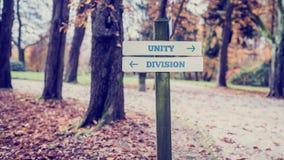 竖立路标与指向往联合国的箭头两个相反方向 免版税库存照片