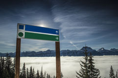 竖立路标在山区度假村,不列颠哥伦比亚省,加拿大 库存照片