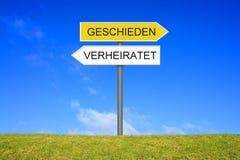 竖立路标显示已婚和离婚的德语 库存照片