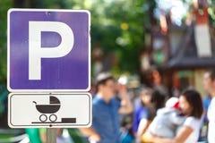 竖立路标标记一个停车场特别是有婴孩的妇女的 库存照片