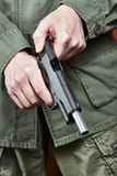竖起手枪枪的战士快门 免版税库存照片