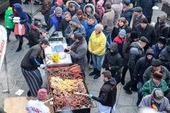 站在队中为食物的人们在阿尔巴尤利亚 免版税库存照片