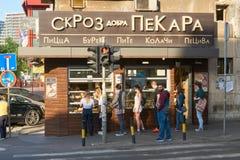 站在队中对面包店的人们 免版税图库摄影
