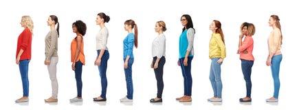 站在队中小组愉快的不同的妇女 免版税库存照片
