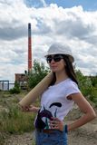 站点的年轻工程师妇女 免版税库存照片