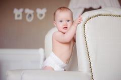 站立Ð ¾ n的小婴孩椅子 库存图片