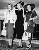 站立三个的少妇并行和微笑(所有人被描述不更长生存,并且庄园不存在 供应商wa 免版税库存图片