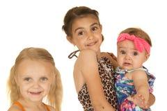 站立三个美丽的白种人的姐妹佩带他们的swimsui 免版税库存图片
