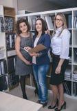 站立三名的女实业家工作在办公室 库存图片