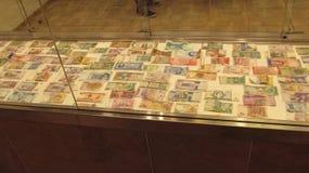 站立与不同的国家钞票在其中一个布拉格购物中心中  库存图片