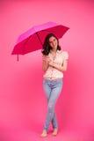 站立与伞的愉快的妇女 免版税库存照片