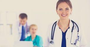 站立与听诊器的妇女医生在医院 库存图片