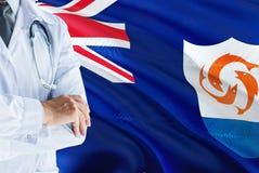 站立与在安圭拉旗子背景的听诊器的Anguillian医生 全国卫生保健系统概念,医疗题材 免版税库存照片