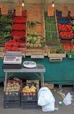 站立与在街市上的菜在帕多瓦,意大利 库存图片