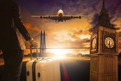 站立与在都市机场跑道的行李的年轻商人 免版税库存图片