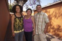 站立与她的儿子和儿媳的成熟妇女画象 免版税库存图片