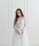 站立与婚礼辅助部件的新娘 库存图片