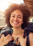 站立与巨大的行李的美丽的旅游旅客特写镜头  免版税库存图片