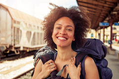 站立与巨大的行李的美丽的旅游旅客特写镜头  库存图片
