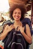 站立与巨大的行李的美丽的旅游旅客特写镜头  免版税图库摄影