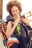 站立与巨大的行李的美丽的旅游旅客特写镜头  库存照片