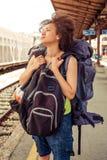 站立与巨大的行李的美丽的旅游旅客 免版税库存照片