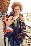 站立与巨大的行李的美丽的旅游旅客 库存照片