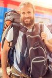 站立与巨大的行李的英俊的旅游旅客特写镜头  库存图片