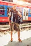 站立与巨大的行李的英俊的旅游旅客 免版税图库摄影