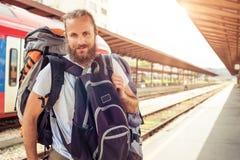 站立与巨大的行李的英俊的旅游旅客 库存照片