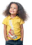 站立与微笑的逗人喜爱的小美国黑人的女孩 免版税库存照片