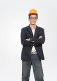 站立与微笑的面孔isolat的年轻工程师人画象  免版税库存图片