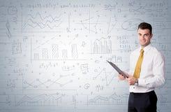 站立与拉长的图表图的推销员 免版税库存图片