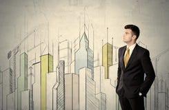 站立与拉长的都市风景的商人 免版税库存图片