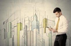 站立与拉长的都市风景的商人 库存图片