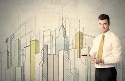 站立与拉长的都市风景的商人 免版税图库摄影