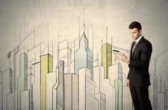 站立与拉长的都市风景的商人 图库摄影