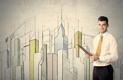 站立与拉长的都市风景的商人 免版税库存照片