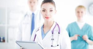 站立与文件夹的妇女医生在医院 免版税库存图片